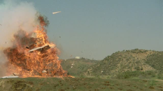 vidéos et rushes de wide angle of lear jet or airplane crashing remote area or desert. accident. wreckage. explosions. fires. action. - accident de transport