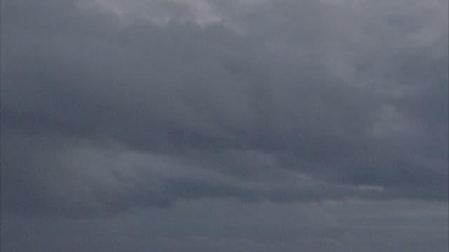 vídeos de stock e filmes b-roll de medium angle view of dark and gloomy sky storm or stormy weather. - territórios ultramarinos franceses