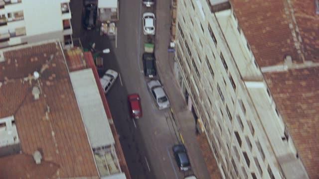 vídeos y material grabado en eventos de stock de aerial birdseye pov of multi-story buildings with red tile roofs, intersections and cars driving on city streets of salamanca, spain. europe. - salamanca