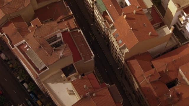 vídeos y material grabado en eventos de stock de aerial birdseye pov of intersections and city streets between multi-story buildings with red tile roofs of salamanca, spain. europe. - salamanca