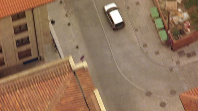 vídeos y material grabado en eventos de stock de aerial birdseye pov of multi-story buildings with red tile roofs, cars driving, intersections and pedestrians or people walking on city streets of salamanca, spain.  could be aerial search party. europe. - salamanca
