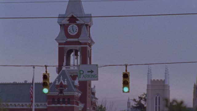 vidéos et rushes de pan down from the clock tower on the new hanover county courthouse or brick building to cars driving on city street. - wilmington caroline du nord