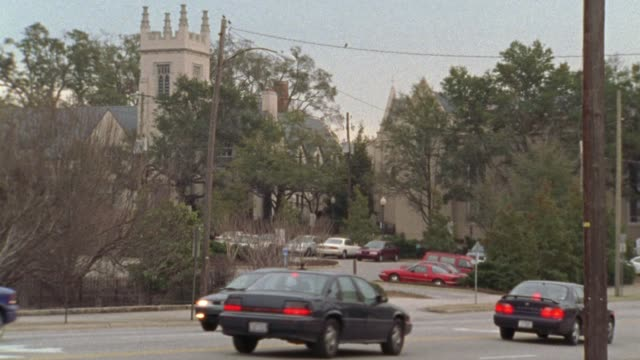 vidéos et rushes de pan right to left following a jeep wagoneer or suv driving on a city street, past new hanover county courthouse. - wilmington caroline du nord