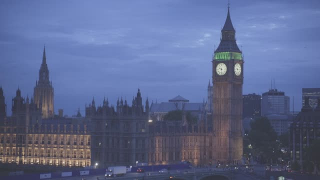 wide angle of big ben clock tower and parliament buildings in london. government building. europe. landmarks. westminster bridge visible. cities. lights. landmarks. - ビッグベン点の映像素材/bロール