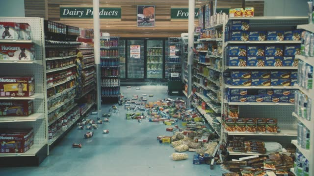 vídeos de stock e filmes b-roll de medium angle of food falling off shelves in grocery store aisle. could be earthquake. - prateleira objeto manufaturado