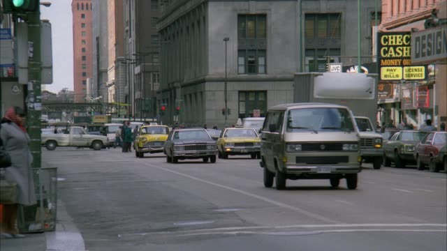 vidéos et rushes de medium angle of downtown city street. see yellow cab driving toward camera. - chicago