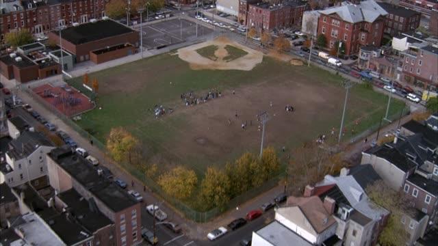 vidéos et rushes de aerial over residential area, pans up to philadelphia skyline. - philadelphie