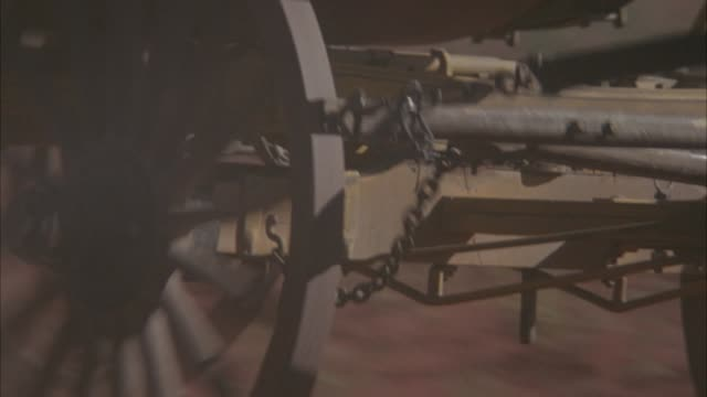 medium angle of carriage or stagecoach wheels turning as it moves down road. - 四輪馬車点の映像素材/bロール
