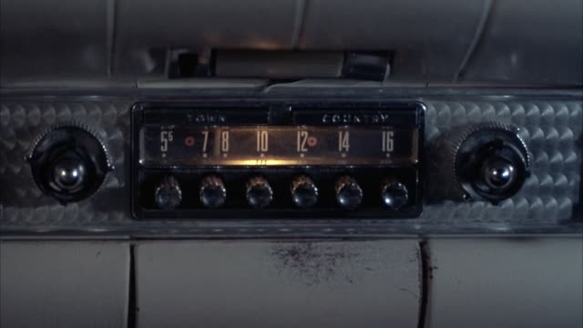 "vídeos y material grabado en eventos de stock de close angle of car radio in dashboard. old-fashioned analog style with multiple dials. reads ""town country."" - radio"