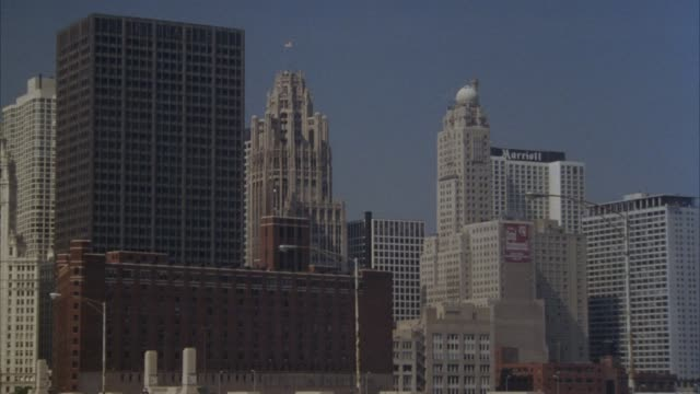 medium angle of chicago skyline. see high rise buildings and skyscrapers. see marriott hotel and tribune tower in distance. - tribune tower stock-videos und b-roll-filmmaterial