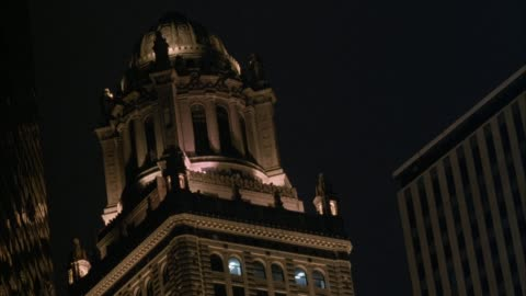 up angle of top of tower of chicago tribune building. - torre del tribune video stock e b–roll