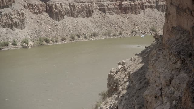 medium angle of river in desert canyon or valley. could be mesa or butte. helicopter visible flying over river. - 2013年点の映像素材/bロール