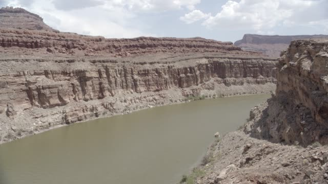 medium angle of river in desert canyon or valley. could be mesa or butte. - 2013年点の映像素材/bロール