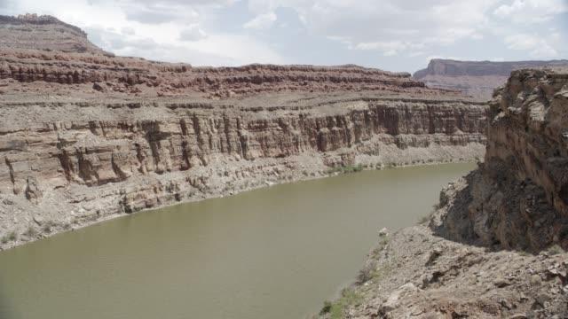 medium angle of river in desert canyon or valley. - 2013年点の映像素材/bロール