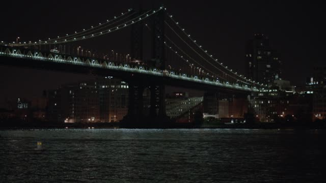 vídeos de stock, filmes e b-roll de medium angle of manhattan bridge over east river. brooklyn city skyline in bg. - manhattan bridge