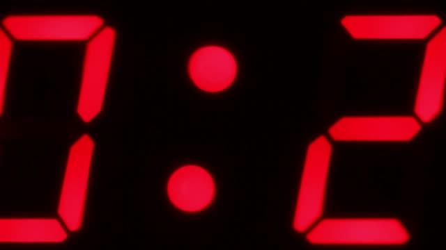 close angle of digital countdown or clock. could be bomb or explosive. could be digital clock or timer. - タイマー点の映像素材/bロール