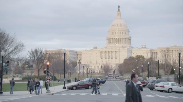 vidéos et rushes de medium angle of capitol building. landmarks. - washington dc