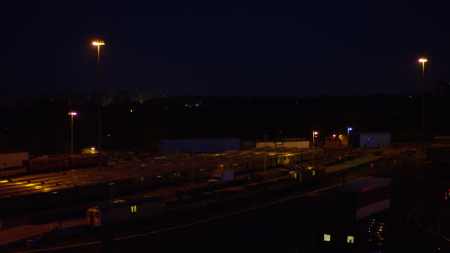 vídeos de stock e filmes b-roll de medium angle of train cars parked in railroad yard or train depot. - veículo terrestre comercial