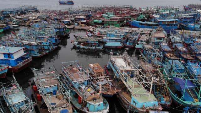 vidéos et rushes de images aériennes du port de muara angke - bateau de pêche