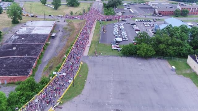 vidéos et rushes de drone - running race - thousands head out to course - salmini