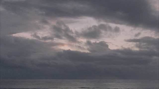 vídeos de stock e filmes b-roll de medium angle view of sky and ocean during storm or stormy weather. storm clouds. choppy water and waves at sea. - territórios ultramarinos franceses