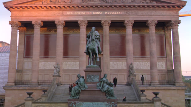 "pan up from entrance to the old national gallery. ""der deutschen kunst"" or art museum. stone building with classical pillars or columns. staircases. bronze statues including one of frederick william iv on a horse. - kunst bildbanksvideor och videomaterial från bakom kulisserna"