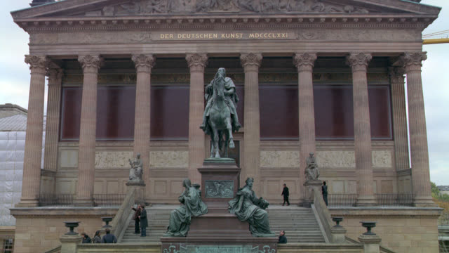 "vídeos de stock, filmes e b-roll de pan up from entrance to the old national gallery. ""der deutschen kunst"" or art museum. stone building with classical pillars or columns. staircases. bronze statues including one of frederick william iv on a horse. - kunst"