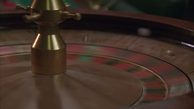 stockvideo's en b-roll-footage met close angle of axe hitting spinning roulette wheel. gambling. could be part of a raid. - gokken