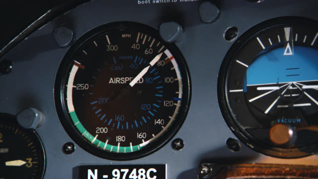 close angle of airspeed indicator gauge on control panel in cockpit of plane or aircraft. speed is increasing. - 計測器点の映像素材/bロール