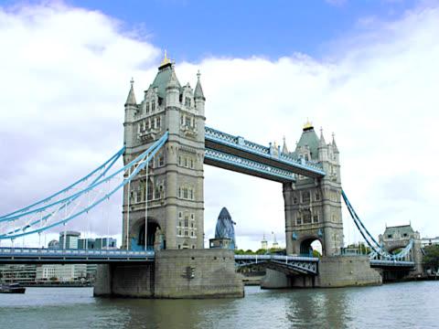 london – tower bridge ein pal - tower bridge stock-videos und b-roll-filmmaterial