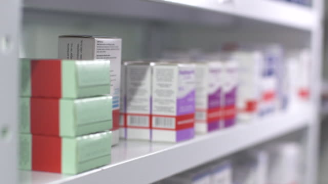 vídeos de stock, filmes e b-roll de drugstore - farmácia