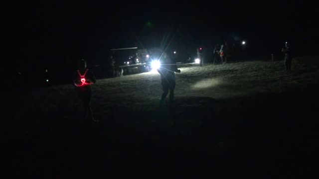 vidéos et rushes de runners head out of the woods to finish line after four miles on the trails headlamps required - salmini