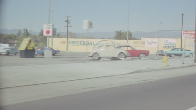 streets: los angeles: day: 3/4 back left 101 freeway westbound from pilgrimage to ventura exit, then continues along ventura past cinnamon cinders to stop for lite. runs out near barris auto works; matches bg479-1, bg480-2 - driving plate stock videos & royalty-free footage