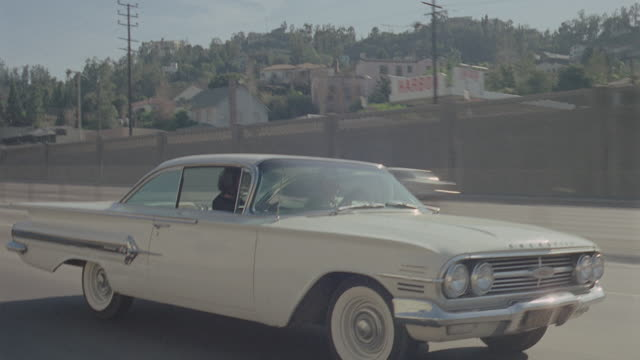 streets: los angeles: day: 3/4 back right 101 freeway westbound from pilgrimage to ventura exit, then continues along ventura past cinnamon cinders to stop for lite. runs out near barris auto works; matches bg479-1, bg480-1 - moving process plate stock videos & royalty-free footage