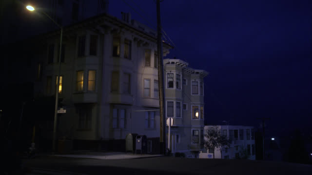 stockvideo's en b-roll-footage met wide angle  across intersection est  harry's apartment victorian house home apartment condo townhouse   cable car r-l     sf victorian style  three story middle class - stadswoning