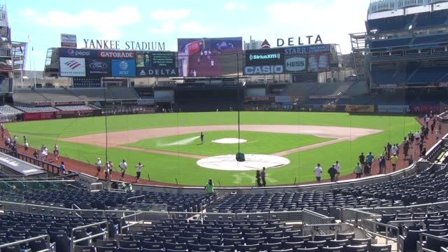 runners in yankee stadium 5k run on warning track around infield and outfield start with close up and zoom out to show entire field - new york yankees stock-videos und b-roll-filmmaterial