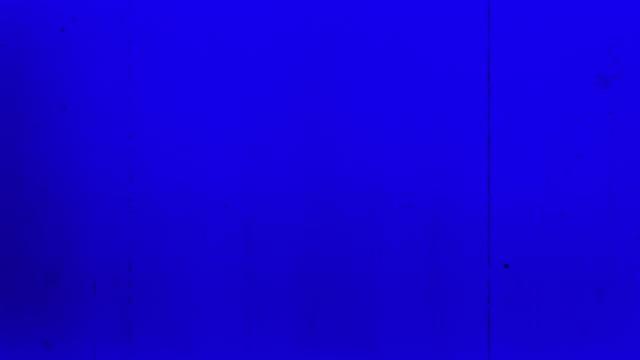 vidéos et rushes de vieux film 4k bleu - projecteur de film 8mm