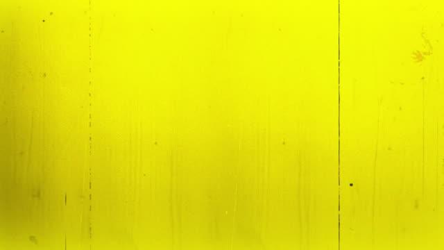 stockvideo's en b-roll-footage met oude film 4k geel - 8mm filmprojector
