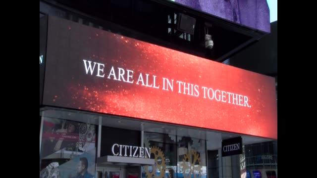 vidéos et rushes de billboard on the corner of 42nd street and seventh avenue - salmini