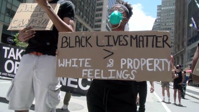 vídeos de stock e filmes b-roll de black lives matter - two signs - salmini