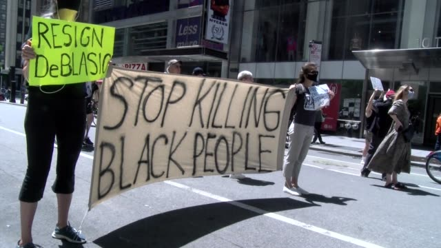 "vidéos et rushes de ""stop killing black people"" sign held by protestors - salmini"