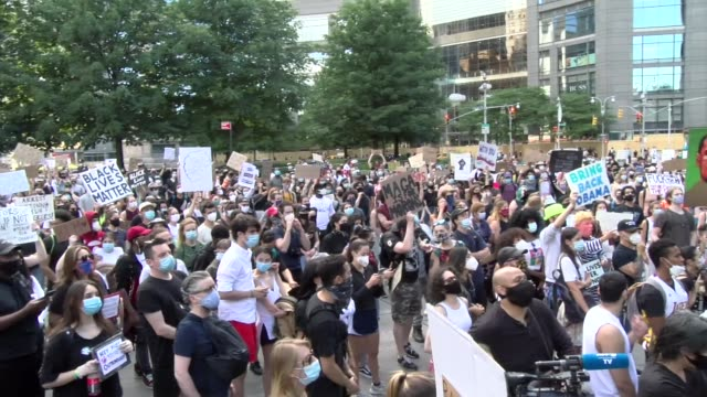 vidéos et rushes de of crowd = no justice no peach chant - salmini