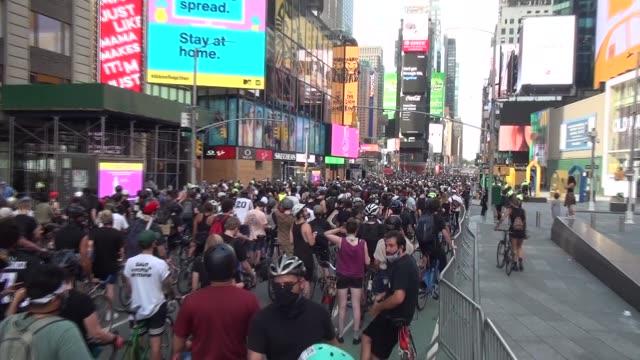 vídeos de stock e filmes b-roll de riders fill 7th avenue waiting for start - salmini