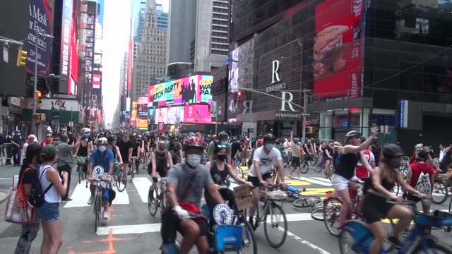 3000 riders head up 7th avenue - salmini stock videos & royalty-free footage