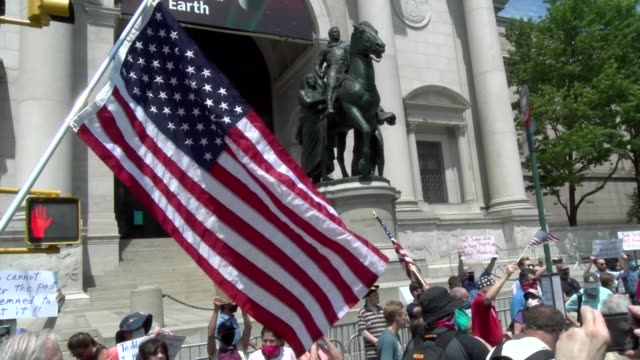 american flag waves in front of teddy roosevelt statue - salmini video stock e b–roll