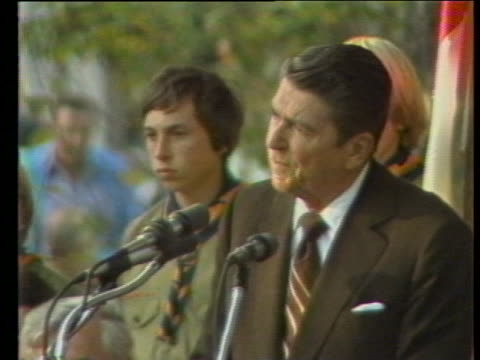 ronald reagan campaigns in the democratic stronghold of wilkes barre. reagan tells a crowd at an outdoor rally that we will work to see that the... - 社会保障点の映像素材/bロール