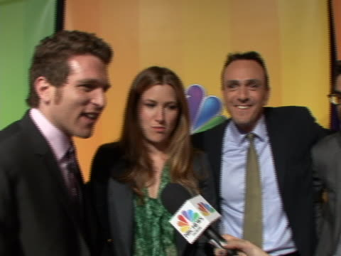 mo mandel hank azaria kathryn hahn sot on red carpet for the nbc upfront primetime preview about their new show free agents. not this is a group shot... - キャスリン ハーン点の映像素材/bロール