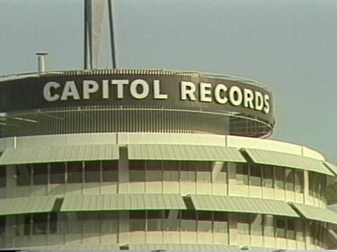 vidéos et rushes de hollywood section of los angeles capitol records building - capitol records