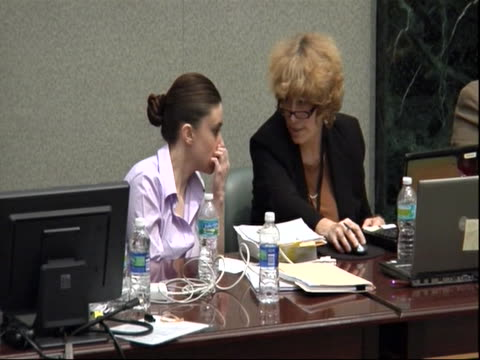 casey anthony talks to her legal counsel during the trial. in this footage you can see her whisper to dorothy clay sims . - crime or recreational drug or prison or legal trial点の映像素材/bロール