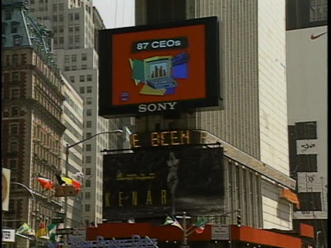 vídeos de stock, filmes e b-roll de in new york city times square electronic headline board reading charges have been filed seen - veredicto